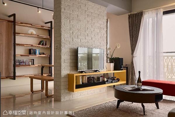 运用横梁下方的空间,新增设一道白色文化石墙面,成为电视墙的同时,也创造出通透的视觉。