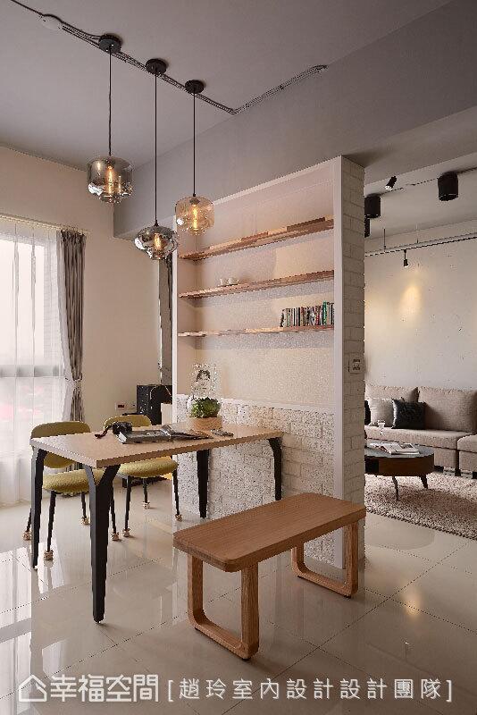 电视墙后方做为展示墙面,双面式的设计,界定出客厅与餐厅场域,通透的视觉也让各场域相互串联。