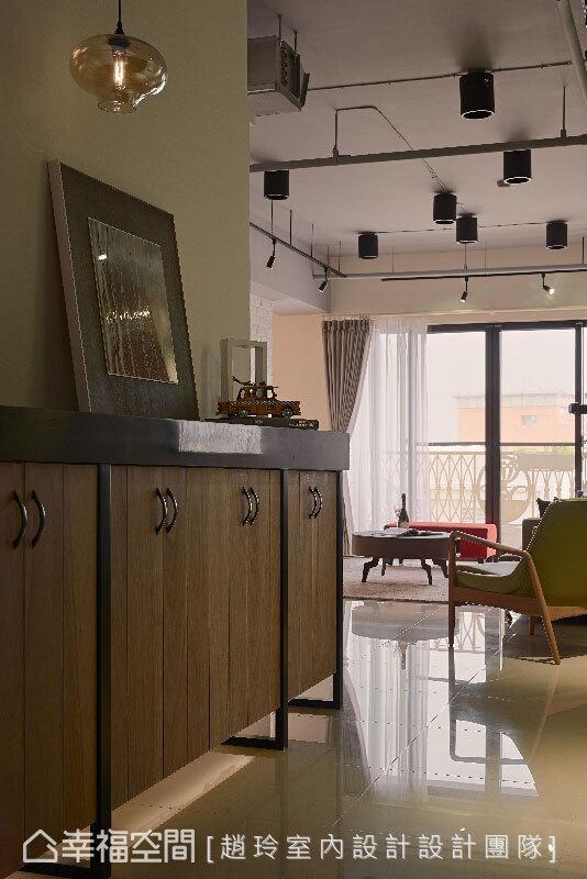 木作半高鞋柜结合铁件和人造石材质,下方采悬空设计,并运用间接灯光,营造轻盈的视感。