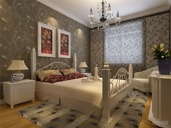 主卧采用了统一装修风格。吊顶使用简单的石膏线,墙体使用花纹壁纸,背景墙用装饰画点缀,家具普遍带有花叶装饰,再加以绿植点缀,使整个卧室简洁,温馨,且有活力,有助于睡眠。