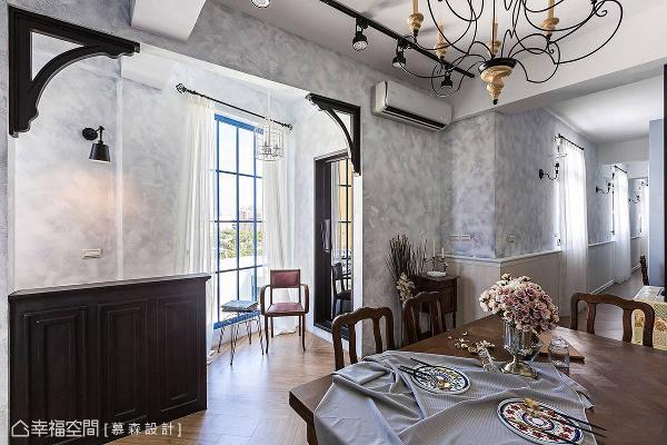 蓝色格子落地窗引光纳景,成为舒适放松的心灵角落;墙角利用古典梁托,让门框创造出拱门意象。