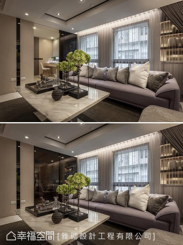 客厅与书房之间,运用带有穿透感的茶玻拉门为机能划分的隔屏,在开启时能延长空间的景深,让贯连的动线通透无碍。