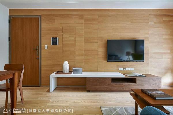 将电箱、收纳柜藏于电视墙后方,提供屋主干净利落的环境。