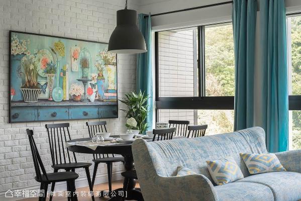 陈煌仁设计师藉由木质餐桌椅、人字拼木地板与朴质的文化石墙面,打造出「原始、温润」的居家环境。