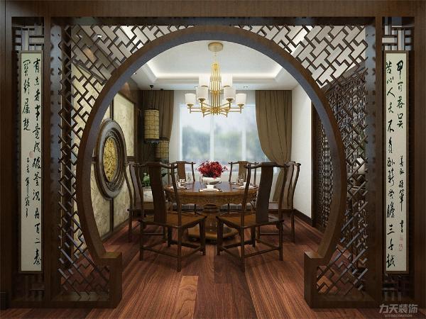 餐厅门口设计了一个圆形造型木质门洞,餐厅背景墙采用较为复杂的样式,中间有圆形造型,更能凸显中式的设计。餐厅空间大,放了一张圆桌。