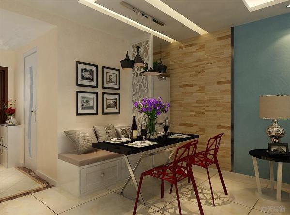 餐桌冰箱旁边是木地板上墙造型。冰箱和餐桌中间放置了一个花格隔断。