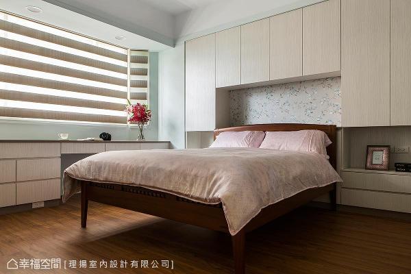 以恬静、淡雅色调替主卧房营造温馨感,床头采收纳柜体规划,满足屋主的机能诉求。