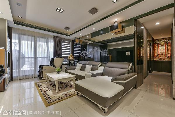 沙发背墙改以轻隔间为界定,并贴饰茶镜与黑镜,创造空间加倍放大的效果。