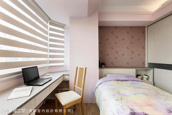 女儿房以粉嫩色系为基底设计,利用柜体做收纳规划,吴函霖设计师小至梁柱旁的畸零空间也贴心着墨收纳机能。