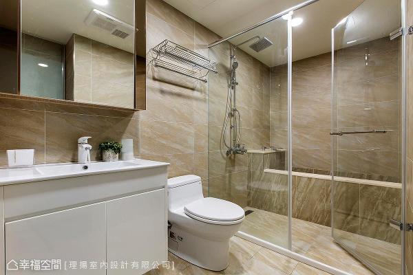 依照饭店式手法设计,打造干湿分离空间,并替屋主抓出最适当且省水的浴缸大小,将卫浴机能分配相当得宜。