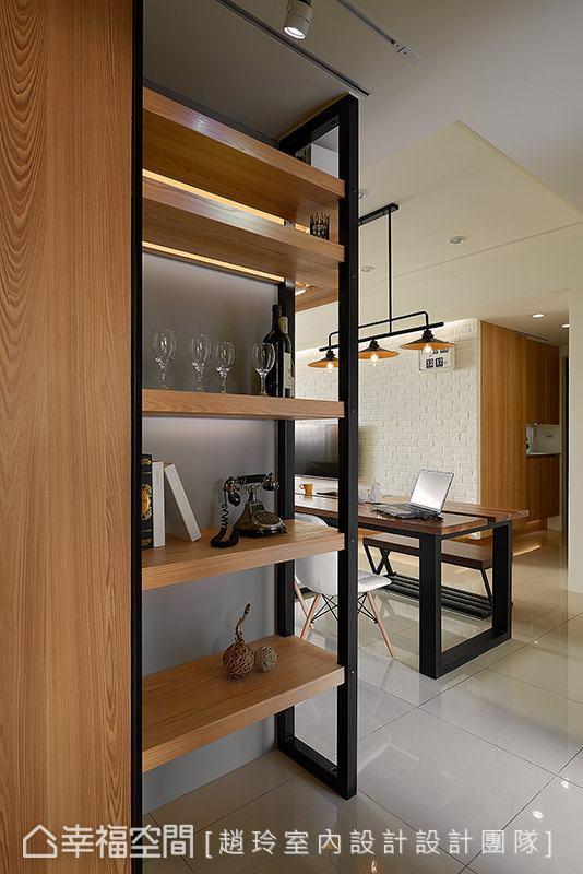 以木质层板与铁件打造柜体,提供物品摆放收纳需求,亦为空间转角处增添表情变化。
