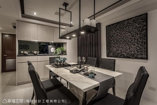 雅砌设计精心规划专属的餐叙场域,建构独立并能串起情感的空间,而墙上一幅由设计师赠与屋主的画作,更成为空间上的焦点。