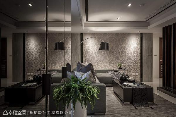 使用黑镜作为柜面设计,巧妙地放大视觉景深及空间的广度,呈现出轩敞明快的氛围。