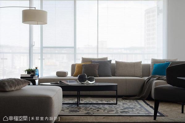 做为接待贵宾、讨论事务的空间,双层地毯的铺陈,单椅及抱枕的跳色设计,活泼了交谊区的空间氛围。