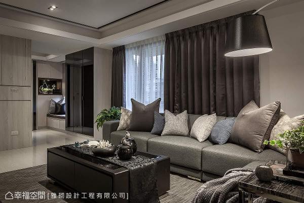 转进客厅区,雅砌设计李敏郎总监以简约线条与沉稳色调,铺述独具当代时尚的大宅面貌。
