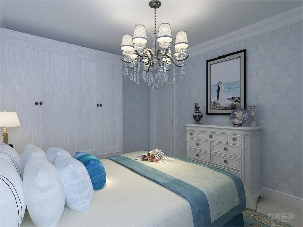 墙面,软装配饰大部分选用蓝色,让主人即使在夏季视觉上也会有清凉的感觉,床头背景墙也用石膏线作为装饰,使整个设计连贯、统一。