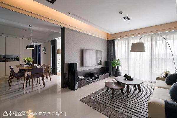拉宽电视墙宽度,搭配沙发的大器度,除了做场域区隔外,更顺势阻挡了直视房门的视线。