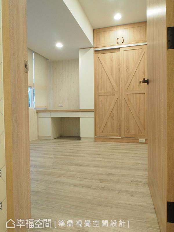 以乡村风系统板和系统家具打造,谷仓造型门内是一座衣柜,让专属男主人的书房也兼具客房用途。