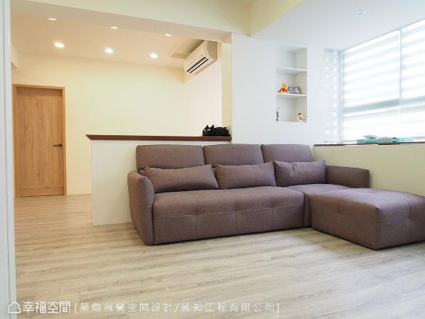 采半高式设计的沙发背墙,让视线和光线延伸无阻碍;善用梁柱间形成的畸零地,规划开放式层板收纳柜和展示平台。