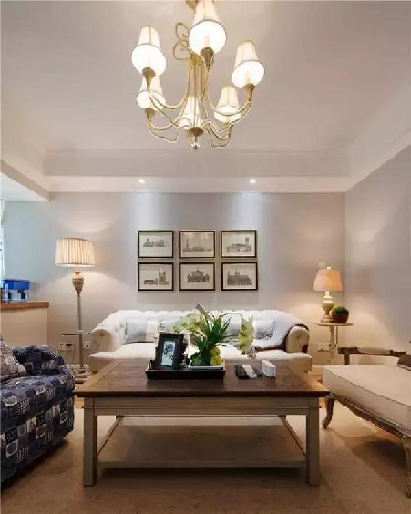 ▲ 客厅呈现出一种不对称的美感,像布艺沙发和单人椅的搭配,既有法式的浪漫柔情,也有着古典和雅致。