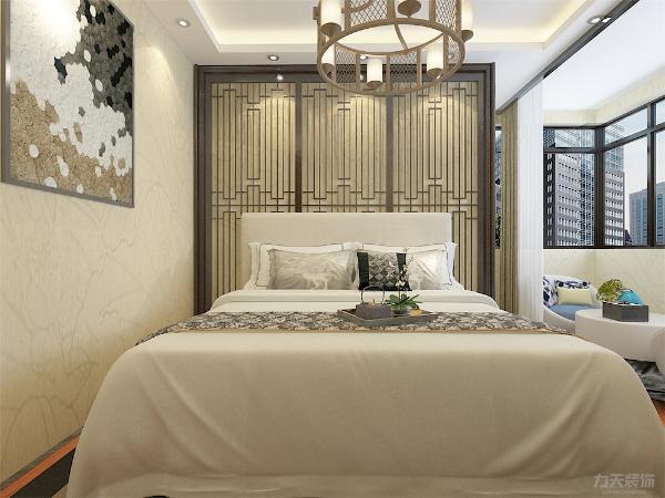 主卧室背景墙用暖色做装饰,墙用挂画调节空间层次,墙面用偏暖色的壁纸与软装做搭配,柔和的色调,不会显得混乱,后期在灯光需设计。