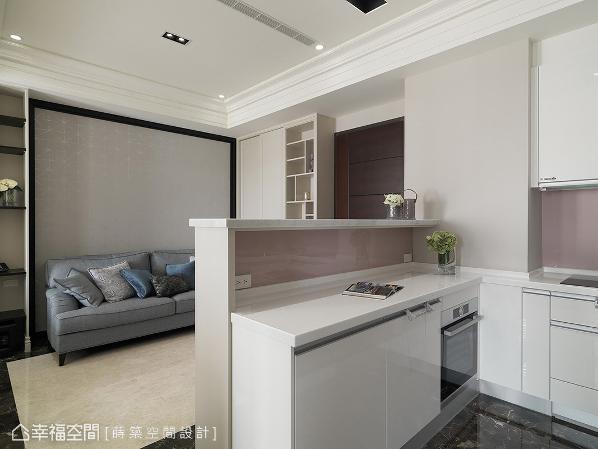 将半高电视墙与中岛合而为一,善用平台高低落差创造吧台机能,形成客餐图片