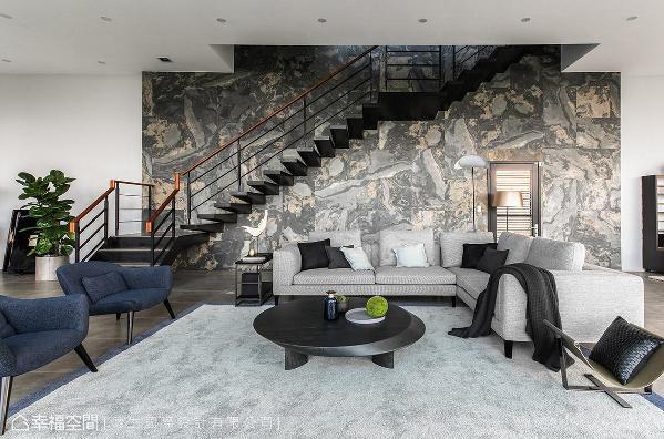 采不规则拼贴手法,将天然大理石薄片铺陈于墙面,其独特的自然纹理变化,带来抢眼的视觉效果。