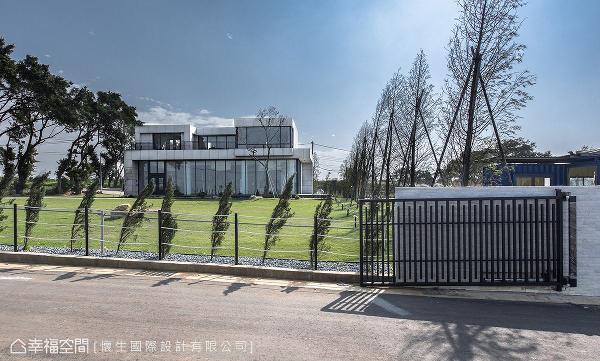 由翁嘉鸿设计师操刀设计,从整体建筑到室内,透过量身打造的规划,完美落实屋主心中的梦想蓝图。