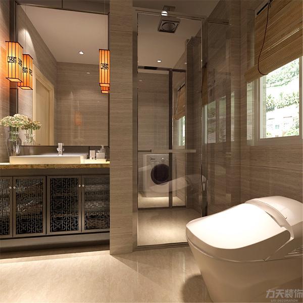 卫生间干净整洁里面有玻璃门的设置多少起到了一些干湿分离的作用,卫生间还有洗衣机的摆放