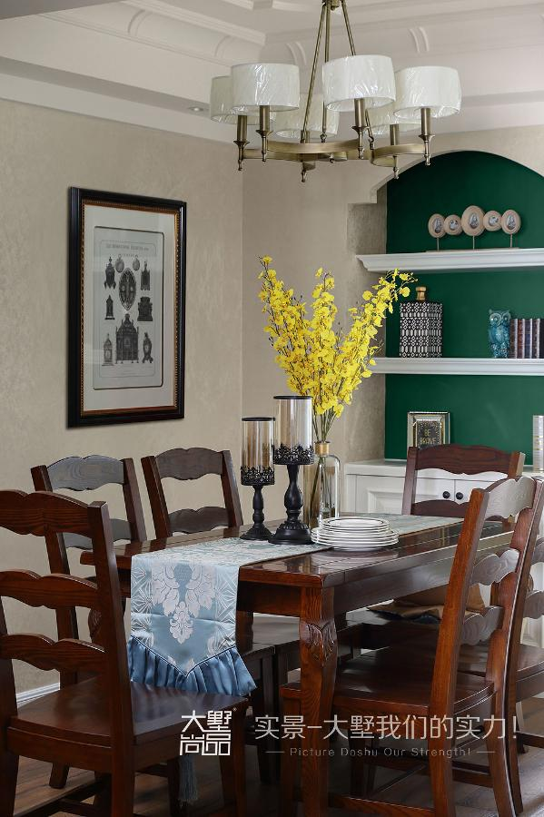 餐厅与客厅相连,清素的主基调中增添几抹优雅静谧的橄榄绿,再加上餐桌上自由散开的花艺、高低错落的装饰品,以及墙壁上雕花画框装裱的挂画,相互借景成像,营造一个温馨优雅,富有层次感的就餐空间。