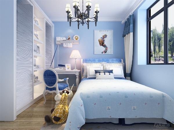 儿童房的设计,整个空间定位的是蓝色调,墙面选用的是浅蓝色乳胶漆,床选用的是淡蓝色床单,在床头的设计上选用的是挂画形式,由于业主家的男孩还小,在空间中放置了玩具做点缀,灯选用金属水晶吊灯