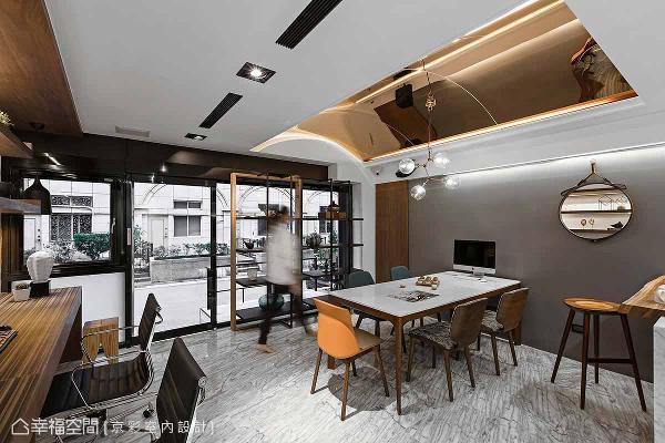 以金色镀钛板为天花板设计弧状造型,营造金属奢华感,成为办公空间的最大亮点。