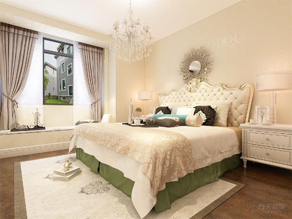 卧室主打的是温馨温暖的感觉,床的选择上,是运用的为欧式软包花纹的床,配搭深色系的抱枕,在顶面运用的是水晶吊灯装饰,墙纸使用的是暖黄色欧式纹路,深色木色的地板,复古风地毯,使空间富有自然气息