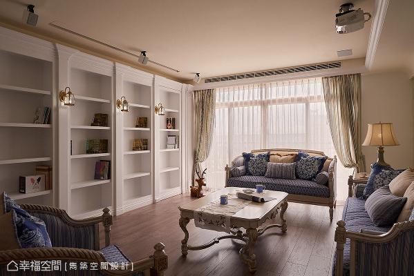 以整面书柜取代一般常见的电视主墙设计,融入线板、罗马柱造型,搭配精致小巧的壁灯,让整体视觉更具主题性。