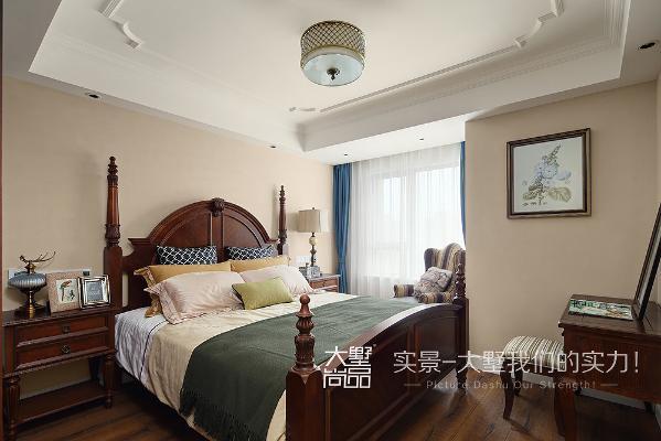 卧室的设计,主要营造一个温馨舒适的氛围。以棕色与米色为主打色调,沉静中带着华丽,彰显低调的奢华。拐角窗户没有做过多修饰,一张条纹布艺沙发椅为主人提供一个惬意休闲的小空间。