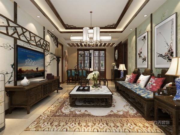 客厅的设计,沙发背景应用了带有色彩的国画的墙纸,加上非常中国风的国画装饰,搭配带有色彩的沙发,格调高雅,造型简朴,色彩浓重而成熟。电视背景墙只是简单的做了一个处理。