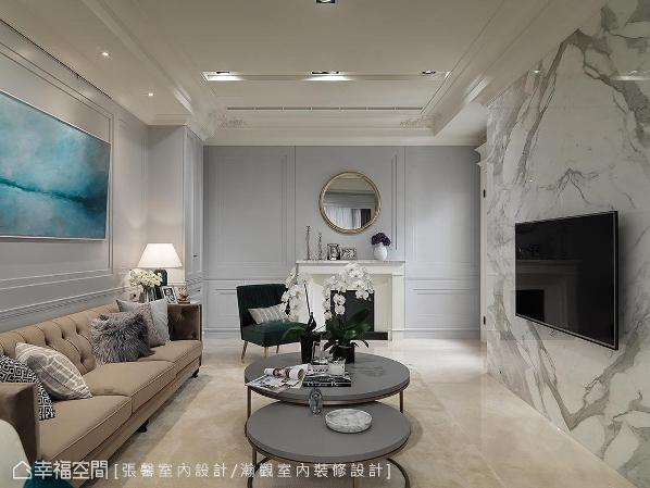 具独立性的客厅显得更为精致,而双进出口不仅使动线自由,从玻璃门往里头望,跳色深绿单椅加上冷灰墙面及白色壁炉,充满了细致优雅感。