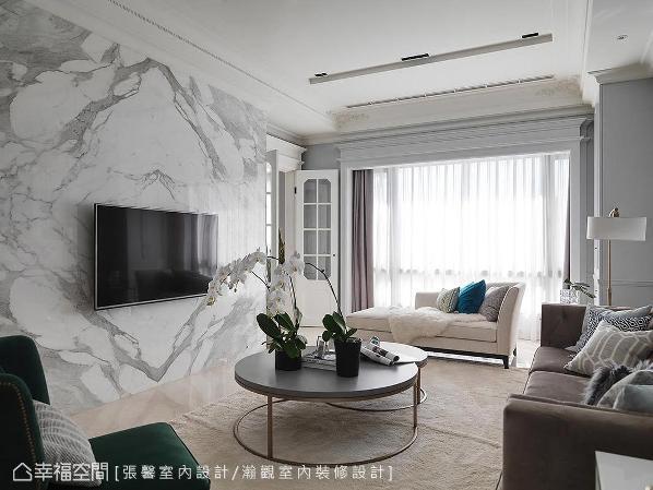 评估空间尺度,在美式基底里混合了法式细节,如玻璃格子门边缘的优雅斜角,以及天花板四角的雕花线板,把法式小华丽带入,也呈现出屋主内心向往的小时