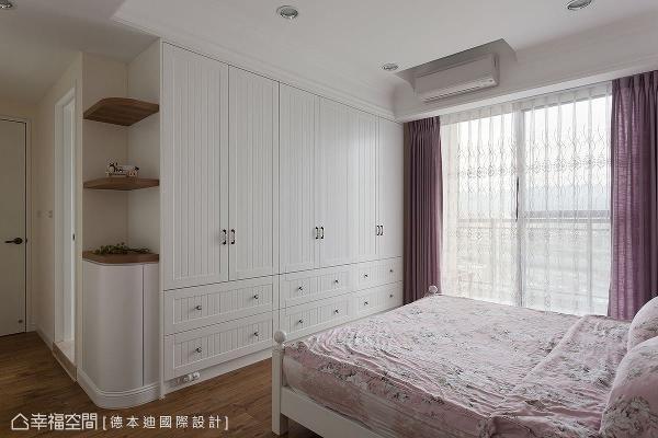 设置整面衣柜,创造丰富的衣物收纳机能,亦充分利用转角空间,规划表示层板与矮柜,巧妙化解视觉的压迫。