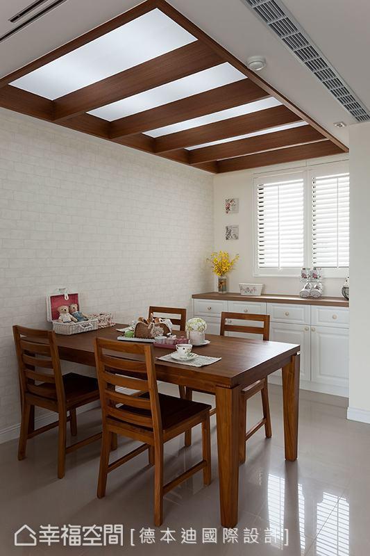 为配合屋主早已选购好的木质餐桌椅,德本迪国际设计特别以木格栅造型相呼应,并规划流明天花满足照明需求。
