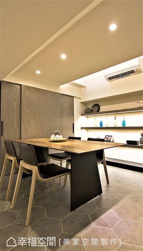 使用六角砖地坪作为场域界定,将餐桌紧靠厨柜,透过拉门让取物更为方便快速。