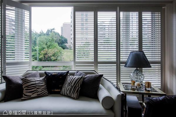 折门设计白色百叶窗,不仅可轻易地收放,让光线和绿意跃然于室,也赋予美式风格语汇。