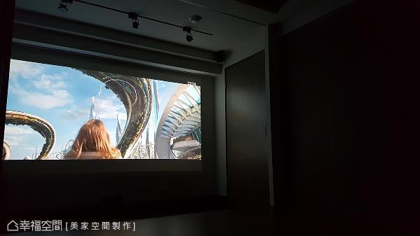 雷开明设计师规划一间视听室,拥有电影院般的专业影音设备和环境,提升居家空间的娱乐机能。