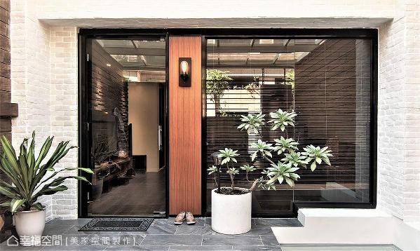 铺设板岩砖地坪,立面施作白色文化石墙,搭配温润的木质语汇及植栽绿意,围塑出自然氛围。