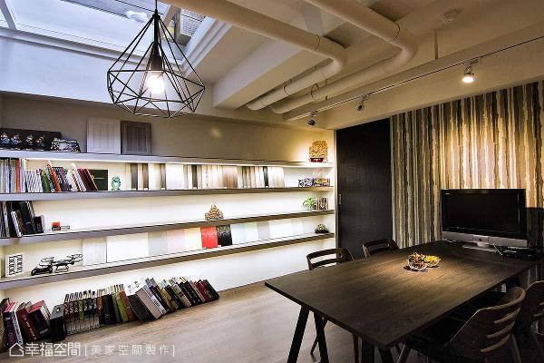 设置开放式层板陈列建材,靠墙摆放一张工作桌作为洽谈区,打造出静谧的工作氛围。