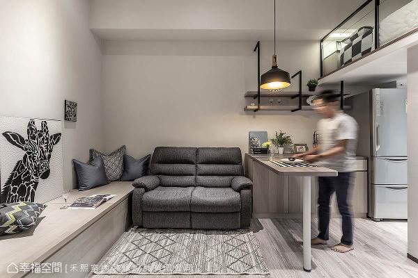 客厅旁的卧榻设计兼具复合机能,可作为亲友来访时的座位,同时也是大型的收纳柜体。