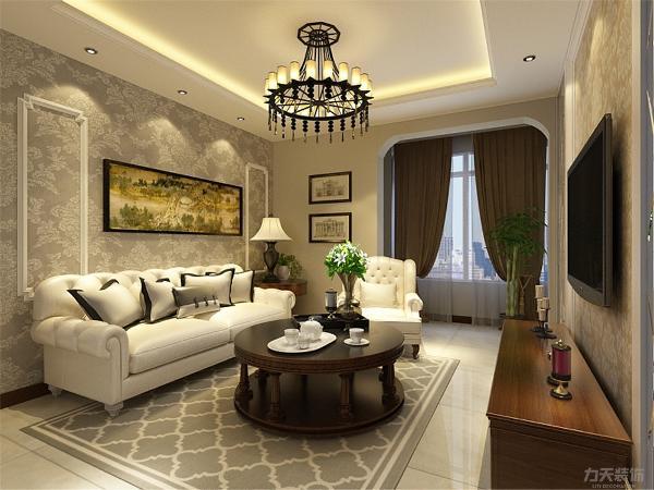 客厅的设计很复杂,电视背景墙做了造型,两边是车边境白镜,中间石膏线