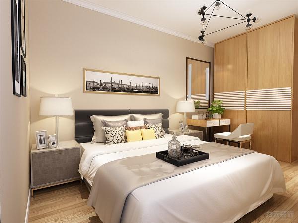 主卧面积较大,放有梳妆台,衣柜,家具的选择也简单大方,没有做吊顶的设计,采用了原顶