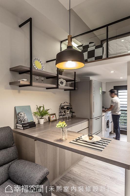 餐厨空间的铺述上,禾熙室内装修设计透过机能整合,将餐桌与餐柜做连结,并兼具了男主人工作台面的需求。