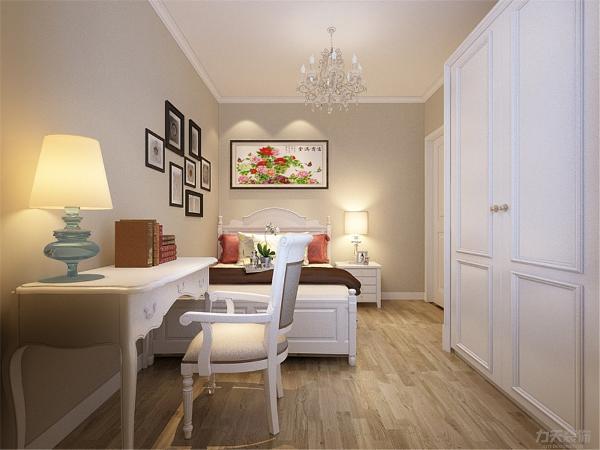 次卧内的设计很简单,内放有书桌,给业主学习时带来空间。